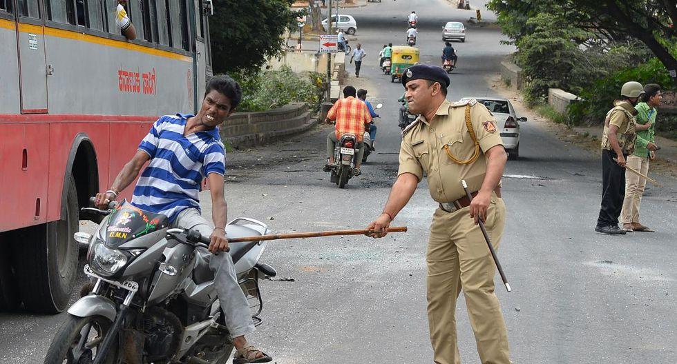 Bromas pesadas y brutales castigos: La Policía india y sus maneras de parar los contagios de coronavirus