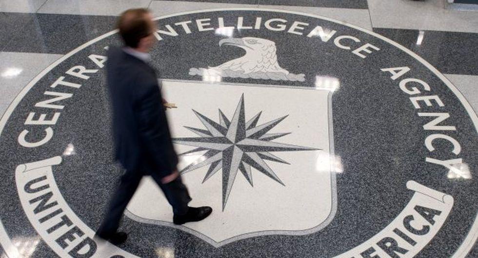 Un hombre cruza el sello de la Agencia Central de Inteligencia (CIA) en el vestíbulo de la sede de la CIA en Langley. (Foto: AFP)