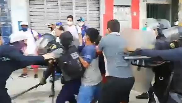 Iquitos: ambulantes se rehúsan a dejar el mercado de Belén y se enfrentan a policías   VIDEO