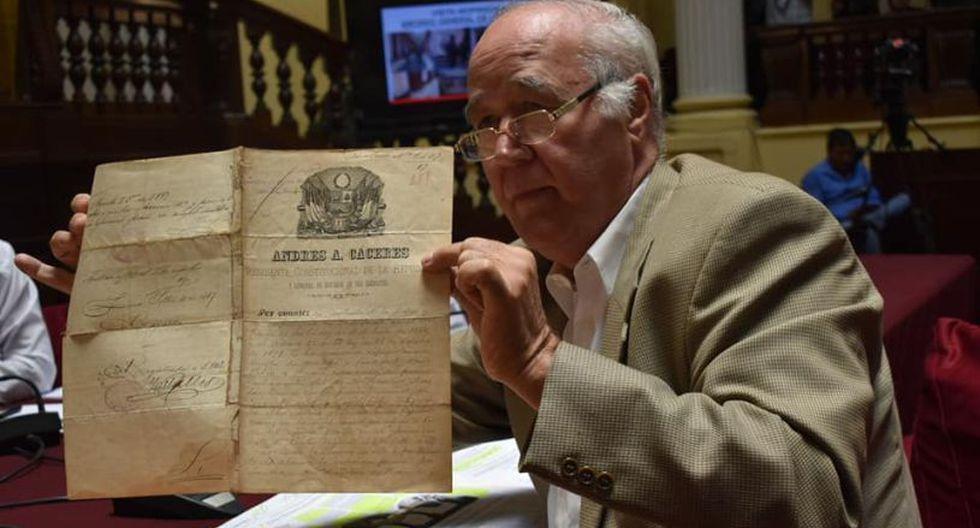 El legislador Víctor Andrés García Belaunde mostró los documentos que llevan la firma de los ex presidentes José Rufino Echenique y Andrés Avelino Cáceres. (Foto: Comisión de Cultura)