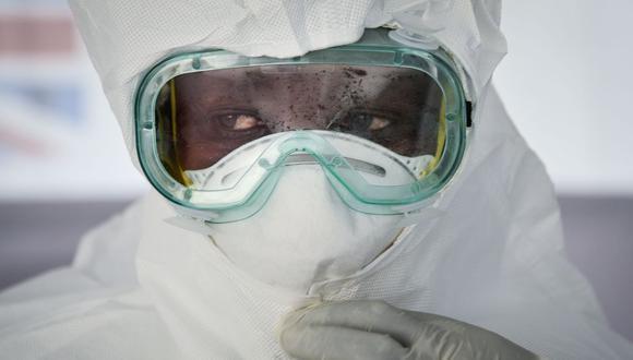 Imagen referencial. Un miembro del personal médico se pone su Equipo de Protección Personal (EPP) durante un ensayo semanal en el Hospital General de Bwera, fronterizo con la República Democrática del Congo, Uganda occidental, el 12 de diciembre de 2018. (AFP / Isaac Kasamani).