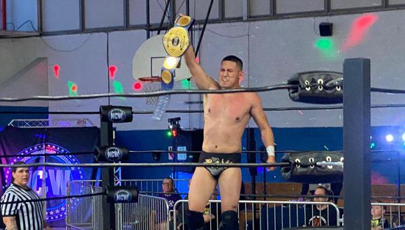 """El luchador profesional peruano """"Rayo"""" se proclamó como el primer International Open Challenge World Champion de la historia, al derrotar en una triple amenaza a los luchadores estadounidenses Desean Pratt y Clay. (Foto: Cortesía)"""