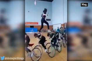 Viral: joven camina sobre ciclistas con gran equilibrio