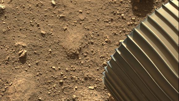 Una de las cámaras de peligro en color del Perseverance (Hazcams) capturó esta imagen de una de las 6 ruedas de aluminio del rover, después de su aterrizaje el 18 de febrero de 2021. (Foto: NASA/JPL-Caltech)