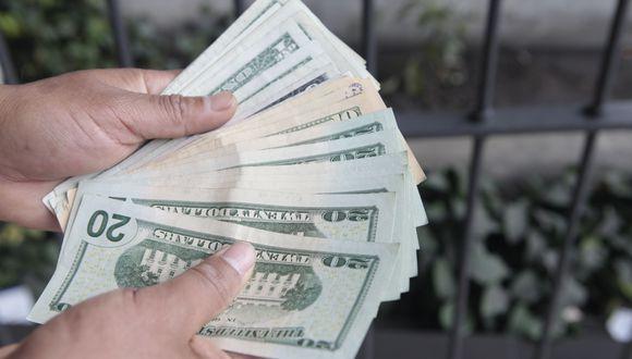 El billete verde se cotizaba con una ganancia del 1,97% frente al precio del viernes. (Foto: GEC)