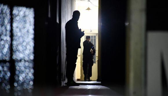 Policías investigan el doble feminicidio en Rosario. (Foto: Clarín)