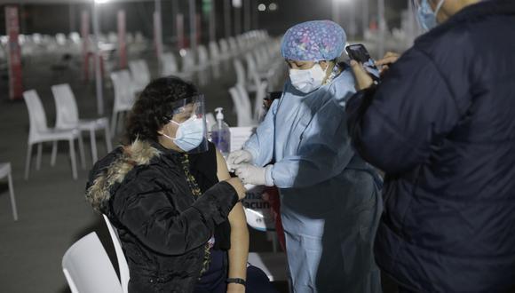 Actualmente se atiende de 7 a.m. a 4 p.m. en los vacunatorios distribuidos a nivel nacional. Foto: Jessica Vicente/@photo.gec
