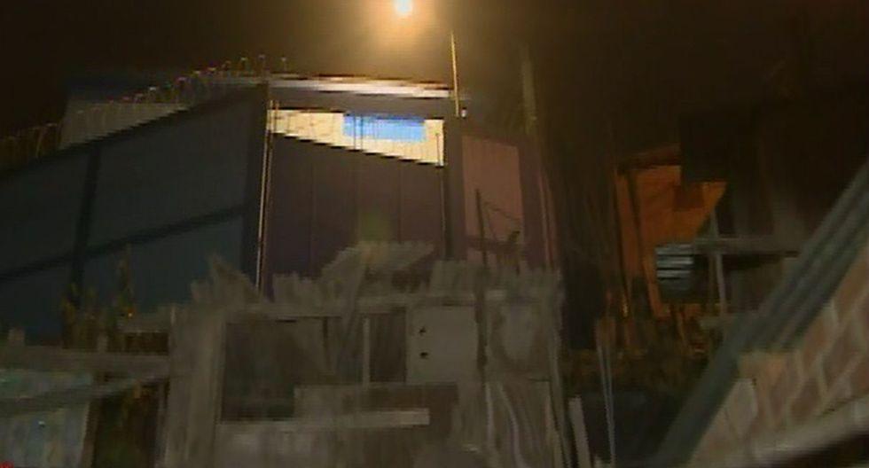 Vecinos denuncian que sus casas quedaron inundadas tras falla en reservorio de agua. Foto: Captura de pantalla de América Noticias