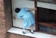 Mujer pone nerviosos a muchos por la forma en cómo limpia la ventana de un departamento