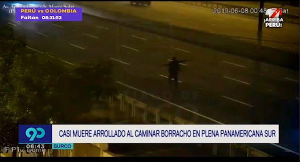 Hombre expuso su integridad al caminar por carriles carriles exclusivos para vehículos en la Panamericana Sur. (Captura: Latina)