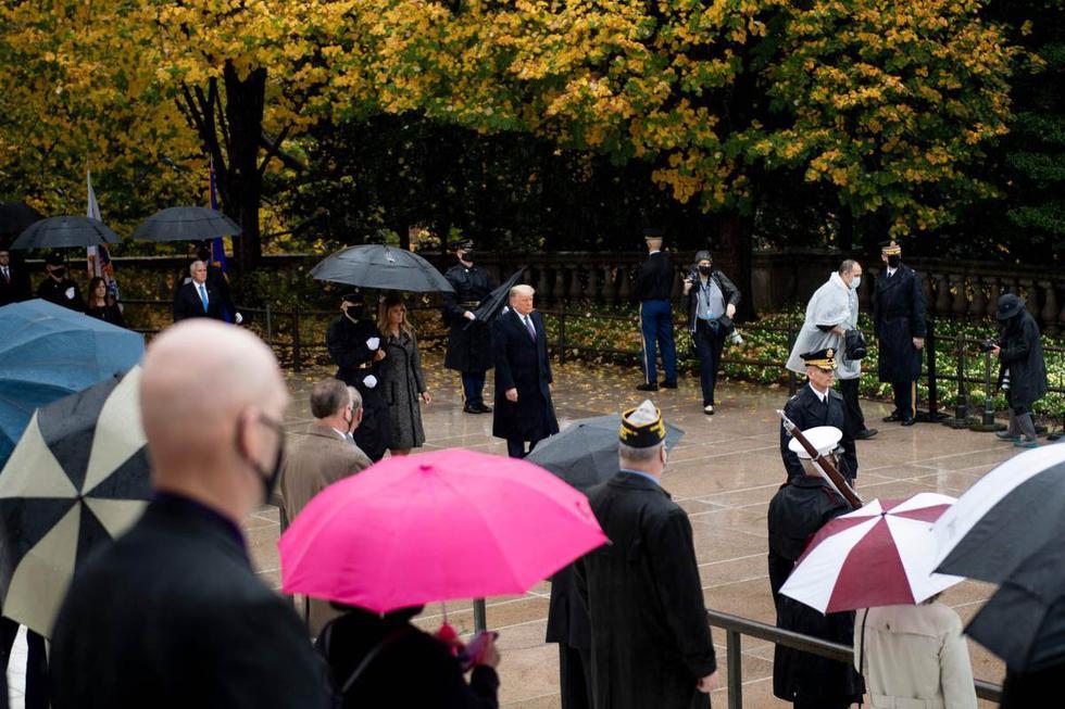 Imagen de Donald Trump en una ceremonia celebrada bajo la lluvia en el Cementerio Nacional de Arlington, en Virginia. (AFP / Brendan Smialowski).