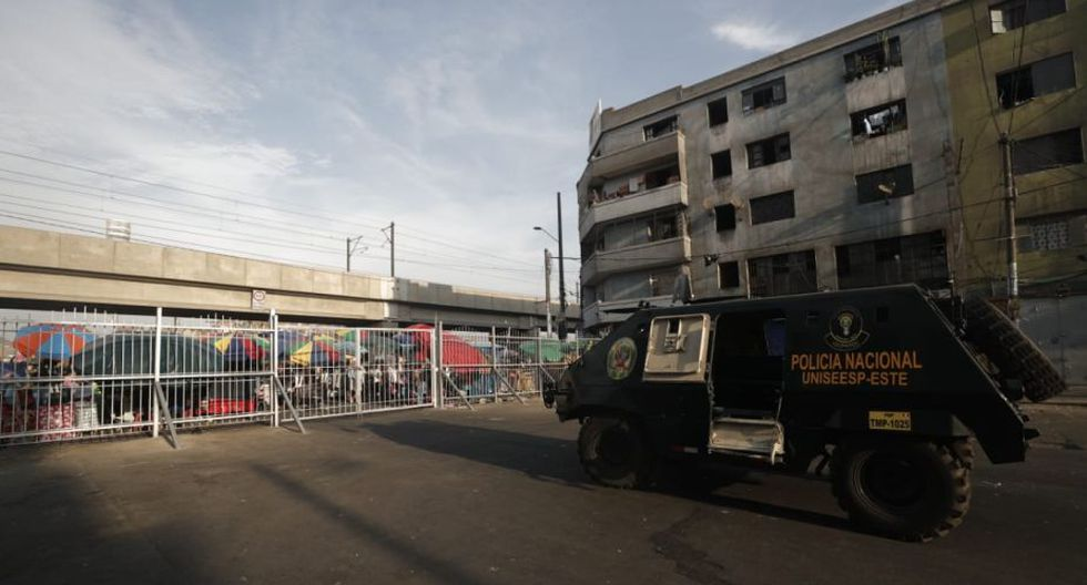 La Policía resguarda los ingresos a Gamarra. (Foto: Renzo Salazar)