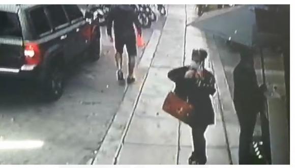 Una pareja de ladrones se hicieron pasar como clientes de una pollería y robaron pertenecías de una pareja de amigos, en Miraflores.