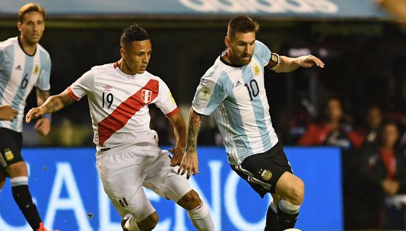 Argentina's Lionel Messi and Peru's Victor Yotun vie for the ball during their 2018 World Cup football qualifier match in Buenos Aires on October 5, 2017. / AFP / EITAN ABRAMOVICH FBL-WC-2018-ARG-PER