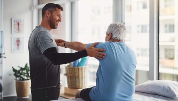Movimientos básicos como sentadillas, para recobrar la sensibilidad y equilibrio.