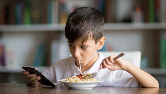 Evita contestar llamadas o mensajes mientras estén comiendo. Tu ejemplo es muy importante para el menor.