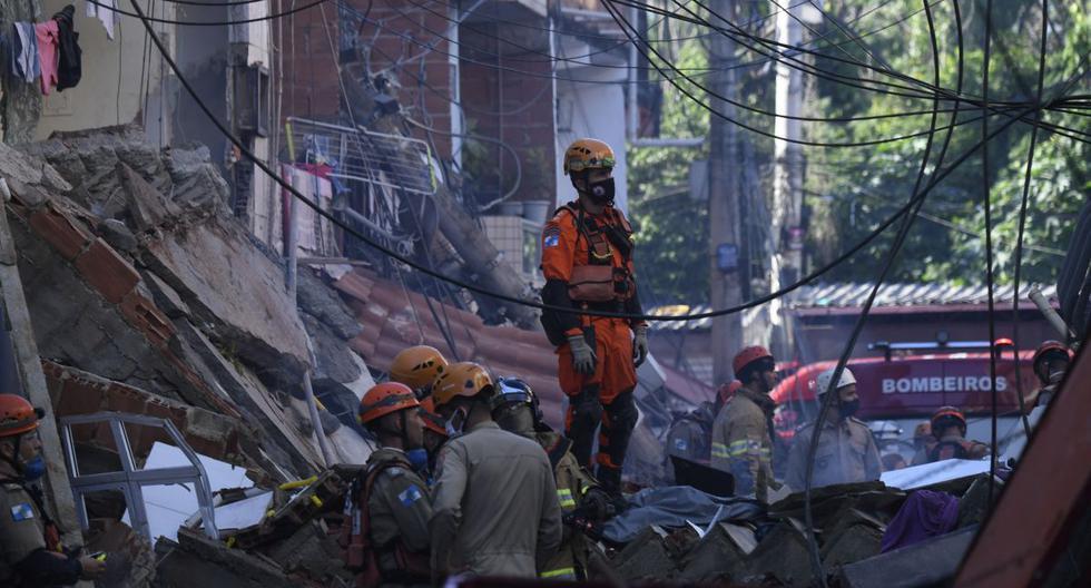 Bomberos y equipos de rescate buscan víctimas del derrumbe de un edificio temprano en la mañana en la favela Rio das Pedras, en Río de Janeiro, el 3 de junio de 2021. (MAURO PIMENTEL / AFP).