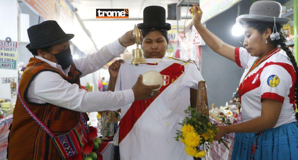 Realizan ritual a camiseta de la selección con ruda, huevo, campana, flores y palo santo. (Trome / Isabel Medina)