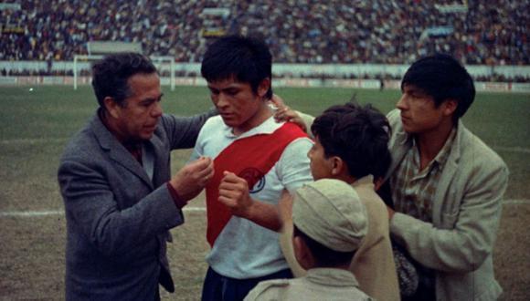 """Imagen de la película """"Cholo"""", de Bernardo Batievsky. El protagonista, Hugo Sotil, con la camiseta del Deportivo Municipal."""