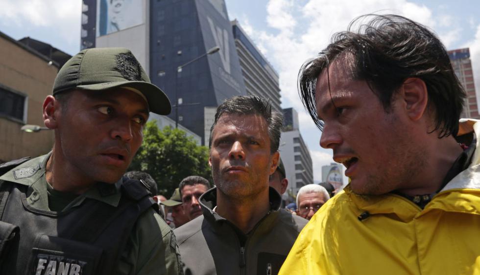 Leopoldo López y su familia se refugian en la Embajada de Chile en medio de violentos disturbios. Foto: AFP