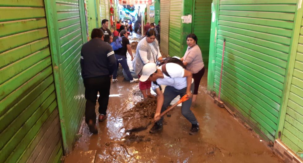 Mercado Grau amaneció entre lodo y escombros. (Foto: GEC)
