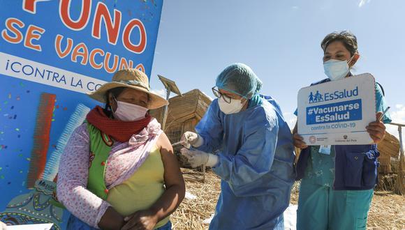 Personal sanitario llegó hasta el lago Titicaca para aplicar las dosis del antígeno a mujeres y hombres de la islas Los Uros. Foto: EsSalud