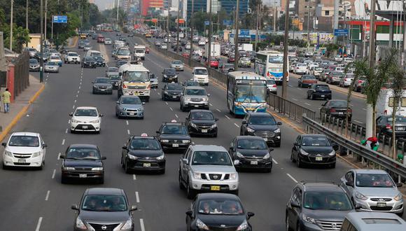 Conoce si este domingo 26 de setiembre podrán circular los autos particulares en la capital y el primer puerto. Foto: Andina