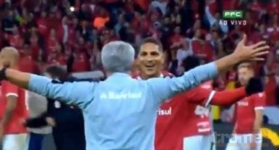 Entrenador de Inter de Porto Alegre se lazó sobre los brazos de Paolo Guerrero