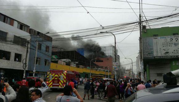 Gran incendio consume almacén en Las Malvinas