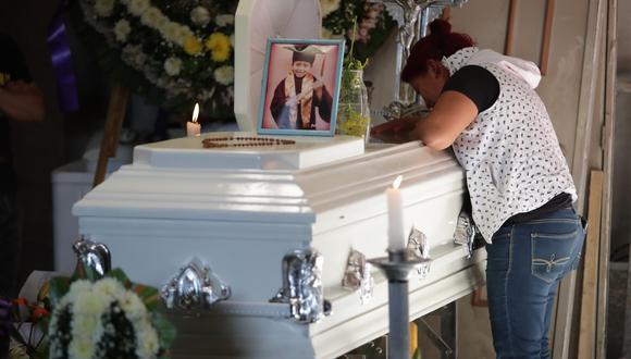 Marisol Tapia, mamá del niño Brandon Giovanny, quien murió en el colapso de la Línea 12 del Metro, llora en el ataúd de su pequeño hijo en su humilde casa de Ciudad de México. (Foto: EFE/ Carlos Ramírez)