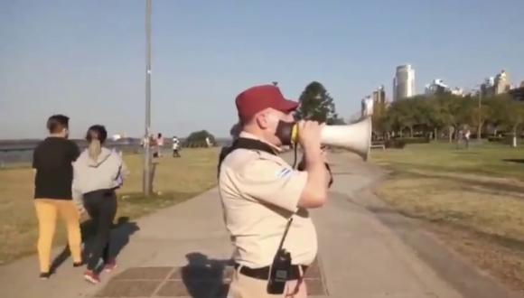 Un video viral muestra las ocurrencias de un guardia municipal en Rosario que vela por el cumplimiento de las normas de convivencia social en la llamada nueva normalidad. | Crédito: @Luciano434 / Twitter.