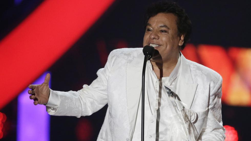 Los restos de Juan Gabriel estarían siendo velados por la familia del cantante en estricto privado.