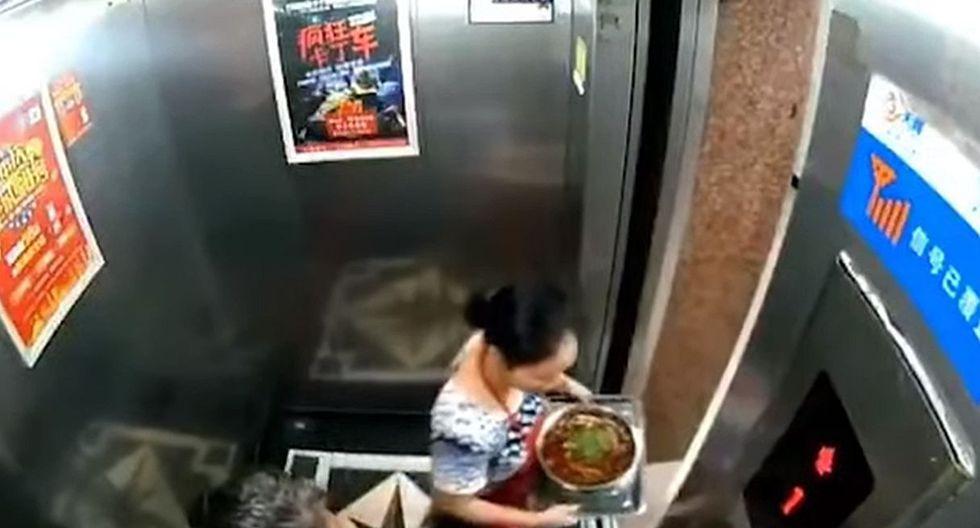 La mujer no pensó en que podía morir y salió rápidamente del ascensor. (Foto: captura Facebook)