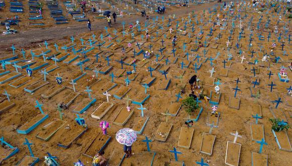 Brasil, uno de los tres países en el mundo más afectado por la pandemia en números absolutos, junto a Estados Unidos e India, registra una tasa de mortalidad de 251 decesos por cada 100.000 habitantes. (Foto: Michael DANTAS / AFP)