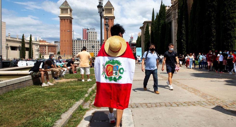 La comunidad peruana residente en Cataluña vota en el recinto ferial de Montjuic en Barcelona, el 6 de junio de 2021. (EFE/ Enric Fontcuberta).