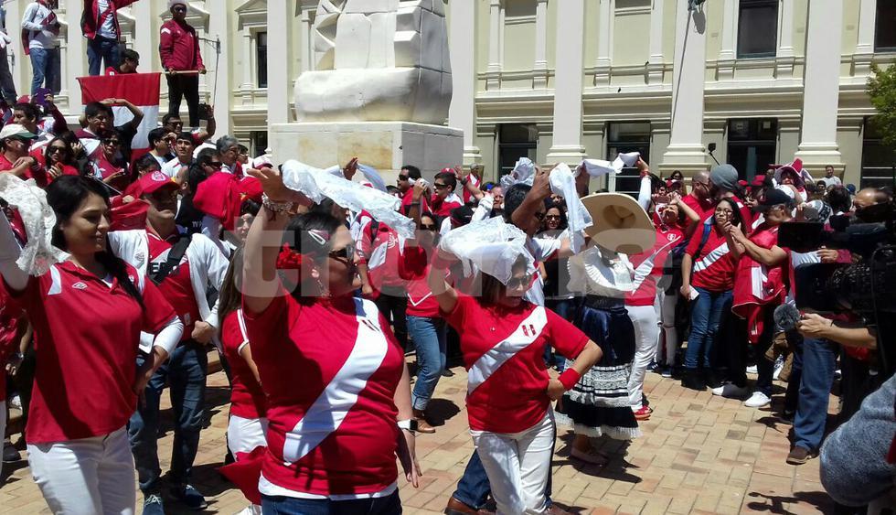 A ritmo de marinera hinchas peruanos animan la previa del repechaje en Wellington. (Fotos: Carlos Bernuy - Enviado especial)