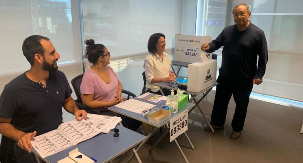 Un peruano ejerce su voto en Nueva Zelanda, donde se abrirá la primera mesa de votación este domingo 6 de junio.  (Archivo / Twitter / Cancillería Perú).