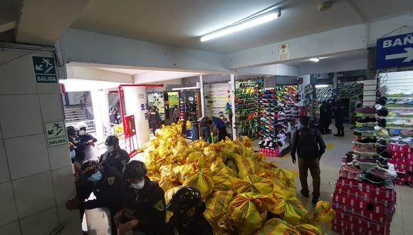 Más de cien policías de distintas divisiones en apoyo a la Dirección de la Policía Fiscal, participaron de un megaoperativo en una galería y decomisaron 114 sacos de zapatillas 'bambas' que estaban listas para la venta y se ofrecían por redes sociales, en La Victoria.