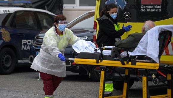 Una trabajadora sanitaria empuja una camilla en el hospital 12 de Octubre de Madrid, en medio de la pandemia del coronavirus (COVID-19), el 28 de octubre de 2020. (Foto de OSCAR DEL POZO / AFP).