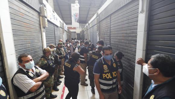 Despliegue policial fue necesario para controlar a los comerciantes que atacaron a algunos policías. | Foto: Joseph Ángeles
