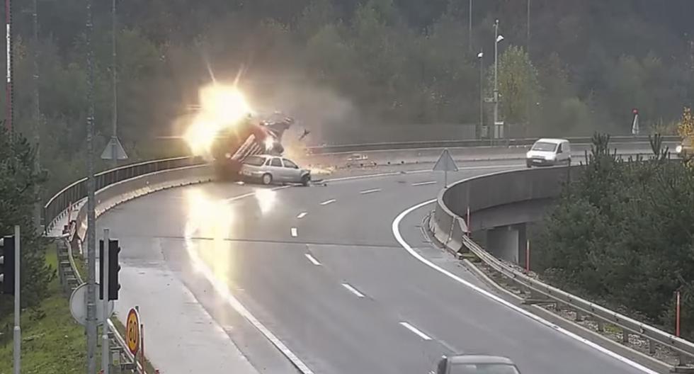 n conductor imprudente ha protagonizado un espectacular accidente en Eslovenia. (YouTube | Klip)