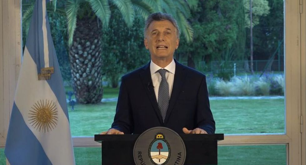 Macri recordó que hace dos años y medio se presentó un proyecto de ley para endurecer las penas contra quienes cometan actos violentos en el fútbol. | Foto: EFE