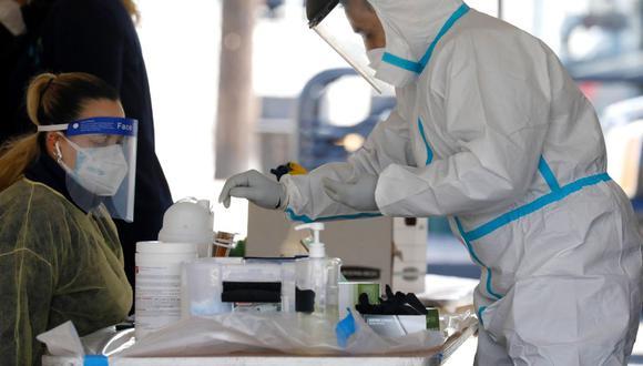 Trabajadores de la salud realizan pruebas para detectar el COVID-19 en el local de pruebas de Delmont Medical Care en Franklin Square, Nueva York, Estados Unidos. (Foto: EFE)