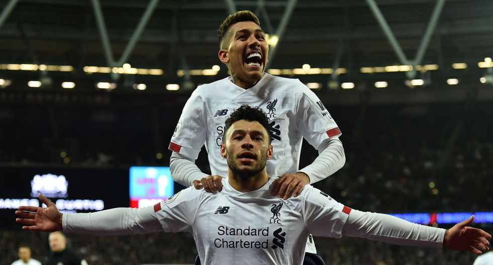 Liverpool's English midfielder Alex Oxlade-Chamberlain celebrates scoring his team's second goal with Liverpool's Brazilian midfielder Roberto Firmino during the English Premier League football match between West Ham United and Liverpool at The London Stadium, in east London on January 29, 2020. RESTRICTED TO EDITORIAL USE. No use with unauthorized audio, video, data, fixture lists, club/league logos or 'live' services. Online in-match use limited to 120 images. An additional 40 images may be used in extra time. No video emulation. Social media in-match use limited to 120 images. An additional 40 images may be used in extra time. No use in betting publications, games or single club/league/player publications.  / AFP / Glyn KIRK                   / RESTRICTED TO EDITORIAL USE. No use with unauthorized audio, video, data, fixture lists, club/league logos or 'live' services. Online in-match use limited to 120 images. An additional 40 images may be used in extra time. No video emulation. Social media in-match use limited to 120 images. An additional 40 images may be used in extra time. No use in betting publications, games or single club/league/player publications.