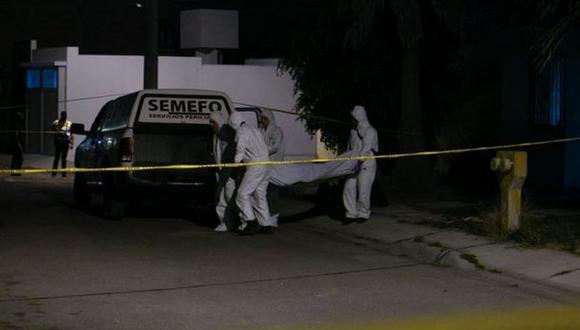 Personal de Semefo retirando un cadáver. (Foto referencial: EFE)