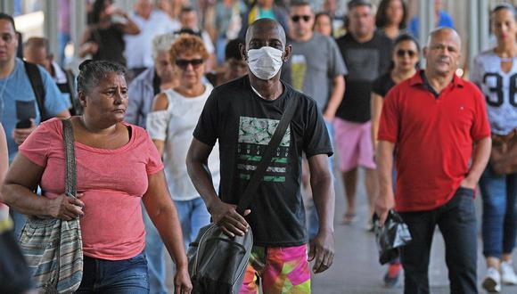 Un hombre con una máscara facial como medida de precaución contra la propagación del nuevo coronavirus, COVID-19, llega durante la hora pico a la estación central de trenes de Río de Janeiro, en Brasil. (Foto: AFP)