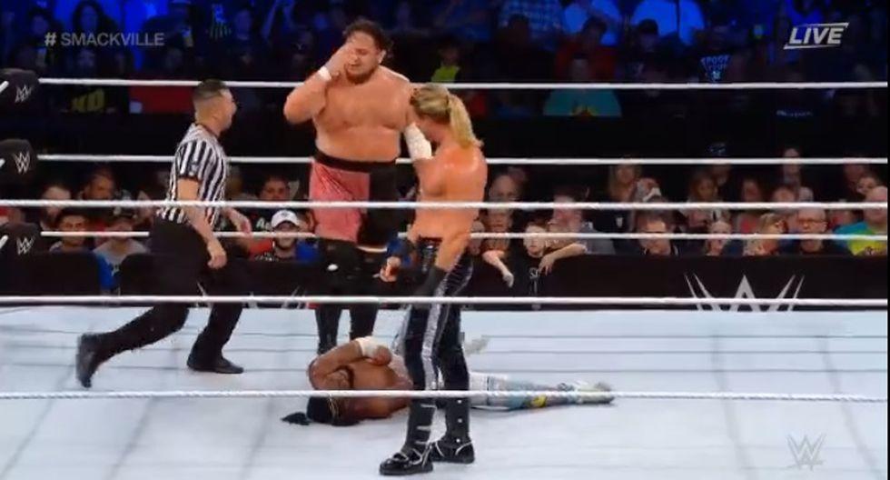 Kofi Kingston sacó adelante la lucha y venció a Samoa Joe con su patada 'problemas en el paraíso'. (Captura WWE)