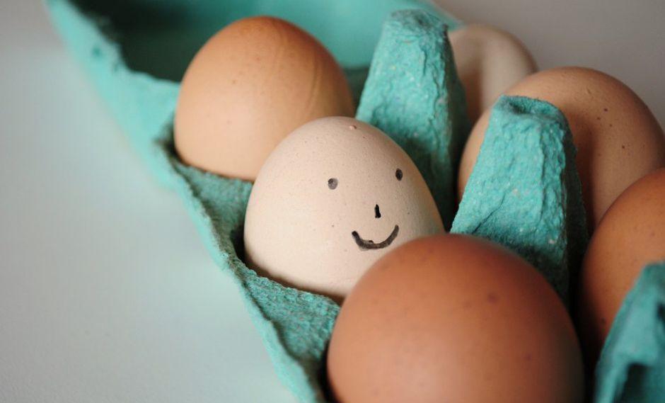 Esta persona no pudo aguantar tener tal cantidad de huevos en su estómago y terminó cayendo desmayado al huevo número 42, el cuál lo llevaría a fallecer en el hospital. (Facebook Viral)