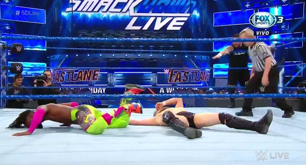 Owens y Kinsgton hicieron equipo y derrotaron a Bryan con Rowan. (Captura Fox Sports 3)