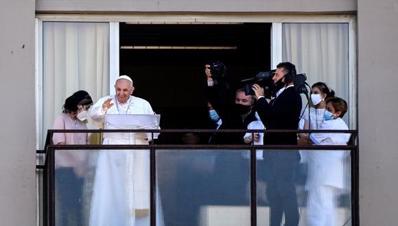 El Papa Francisco (2-L) dirige su Ángelus dominical desde un balcón del décimo piso del Hospital Universitario Gemelli donde fue sometido a una cirugía de colon programada el 4 de julio, en Roma. Italia, 11 de julio de 2021. (Papa, Italia, Roma) EFE / EPA / RICCARDO ANTIMIANI
